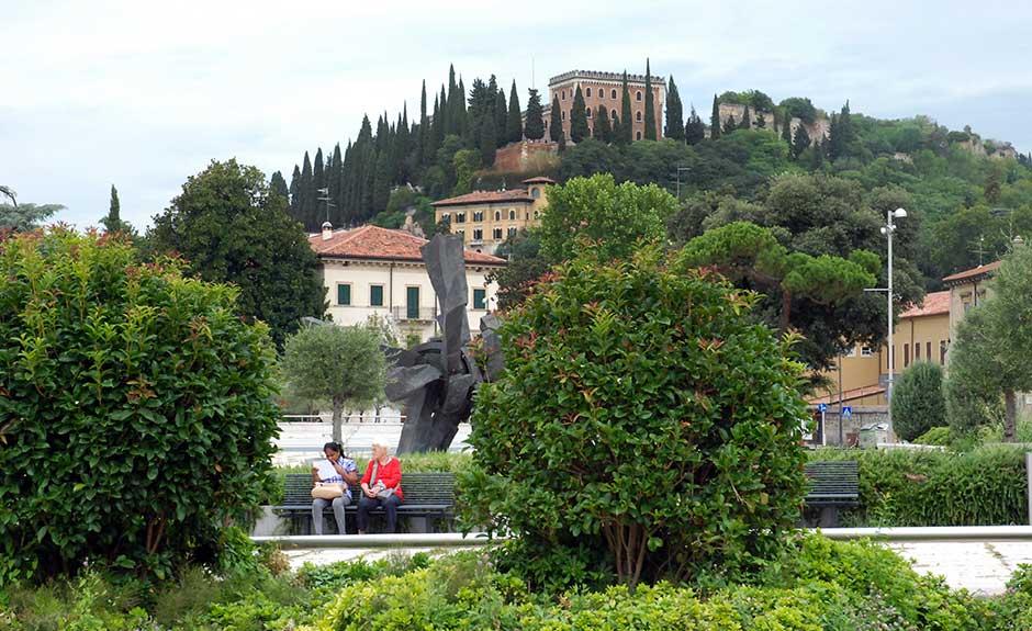 Castel San Pietro visto da Piazza Isolo (Verona)