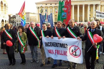 SIndaci veronesi in Piazza Bra per manifestare contro l'impianto di Ca' del Bue