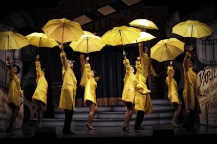 Pioggia, ombrelli, arena