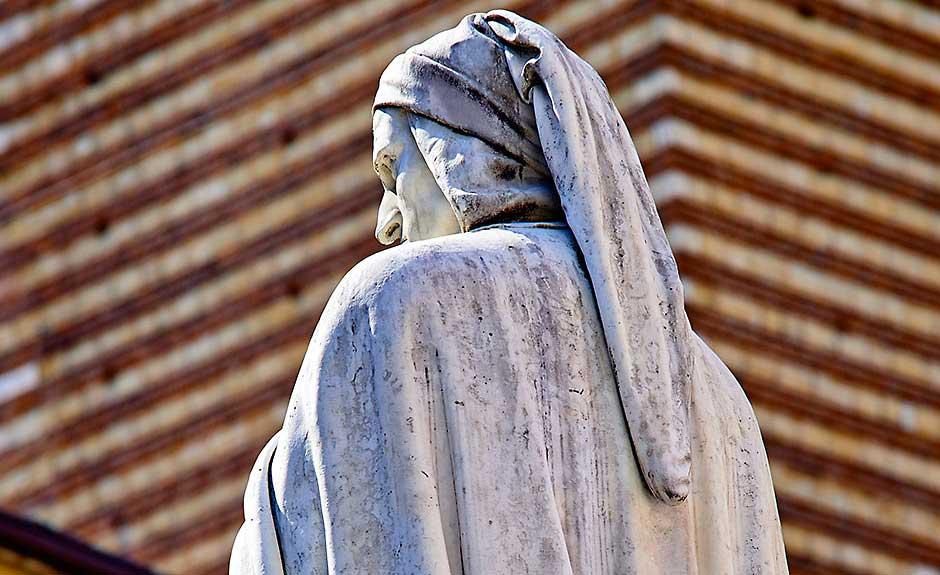 La statua di Dante Alighieri in piazza dei Signori (Verona)