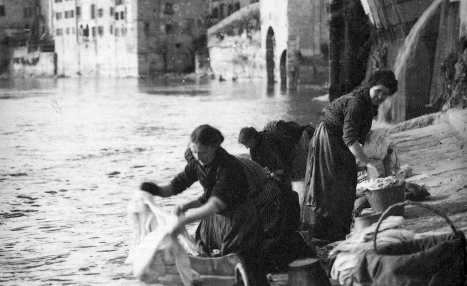 Lavandaie al Ponte Pietra a Verona (Augusto Durelli, primo Novecento)