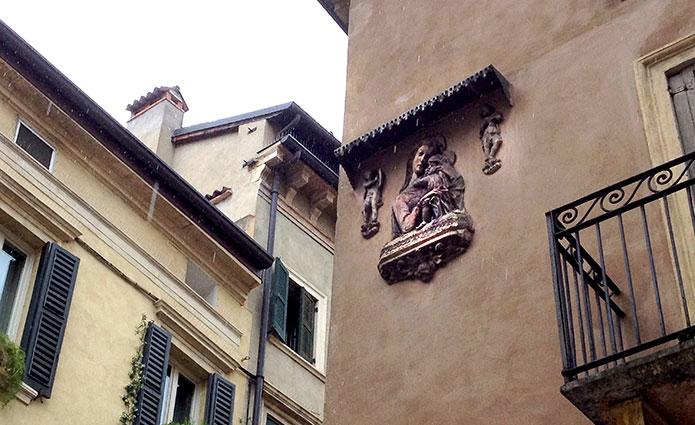 La Madonna con Bambino, all'incrocio tra corso Sant'Anastasia e via Fogge