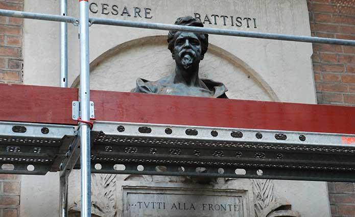 Il busto di Cesare Battisti in piazza Indipendenza (piazza delle Poste) a Verona