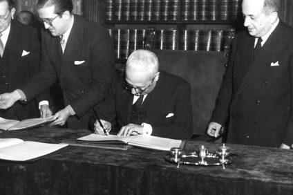 Enrico De Nicola, capo provvisorio dello Stato, firma il 27 dicembre 1947 nel palazzo Giustiniani in Roma la Costituzione italiana