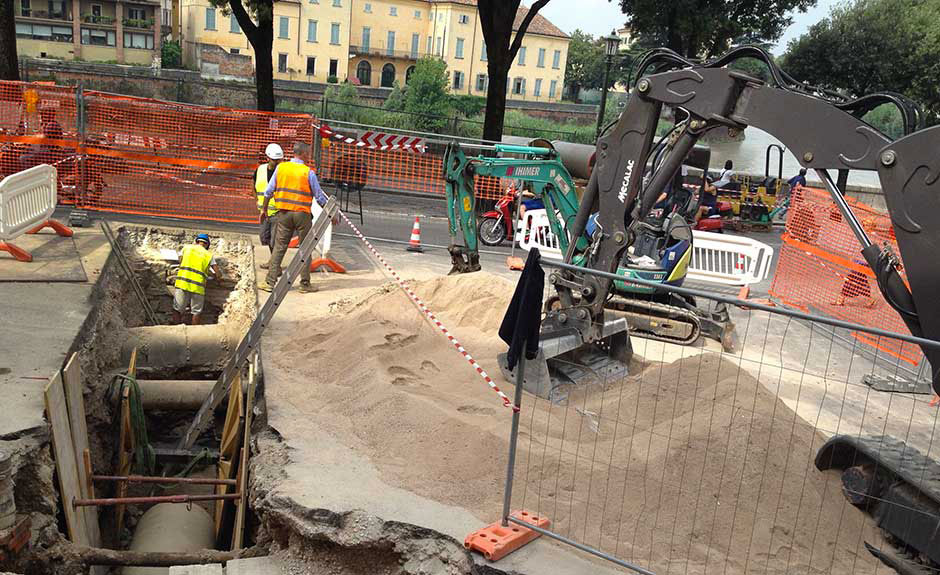 13 luglio 2016: l'uomo nella buca è sulla verticale della strada romana venuta alla luce tra Santo Stefano e Ponte Pietra durante i lavori di AGSM (Foto Verona In)