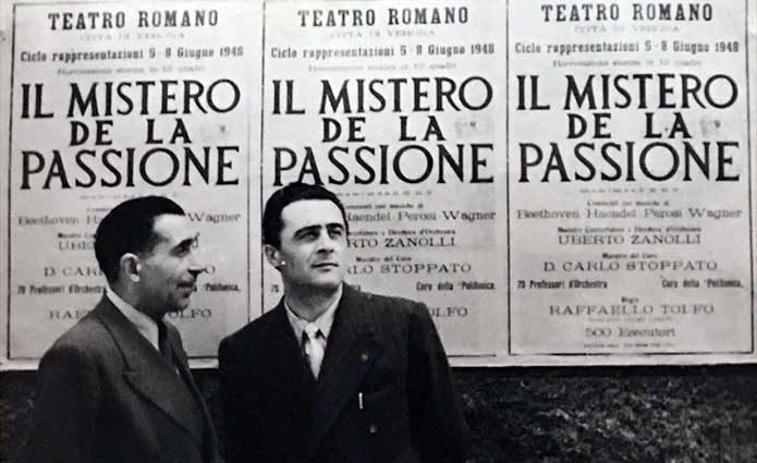 Uberto Zanolli (a destra) davanti la locandina che invita i veronesi alla sacra rappresentazione alTeatro romano