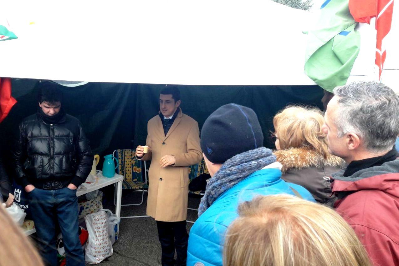 Il presidente del Gruppo Hausbrandt, Fabrizio Zanetti, insieme agli operai della Melegatti (Foto Twitter.com)