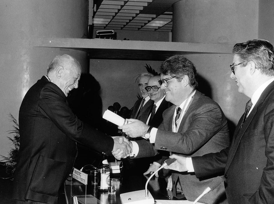 Angelo Betti riceve dalla Regione il Premio Benemeriti della Vitivinicoltura (1990)