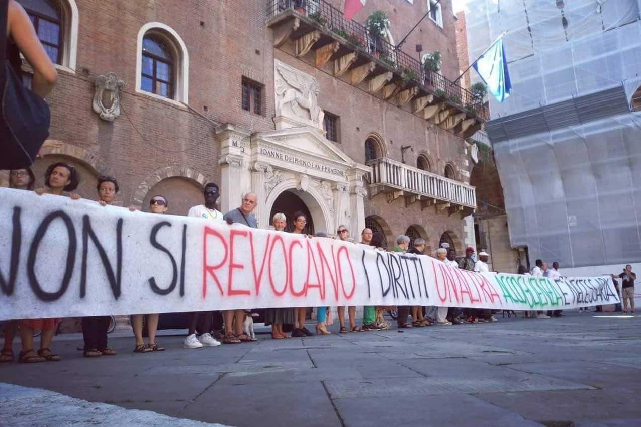"Presidio ""Per un'accoglienza umana"" prefettura Verona (foto Facebook)"