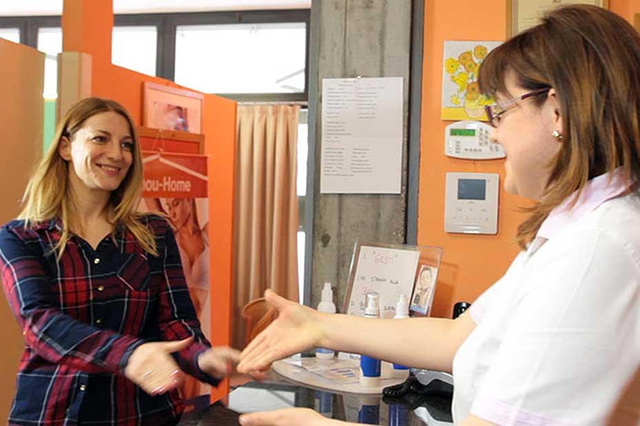 Sonia Battocchia con una cliente