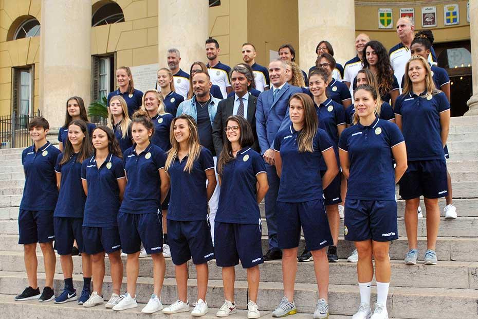 Verona Hellas Women, foto di gruppo con il Sindaco Federico Sboarina