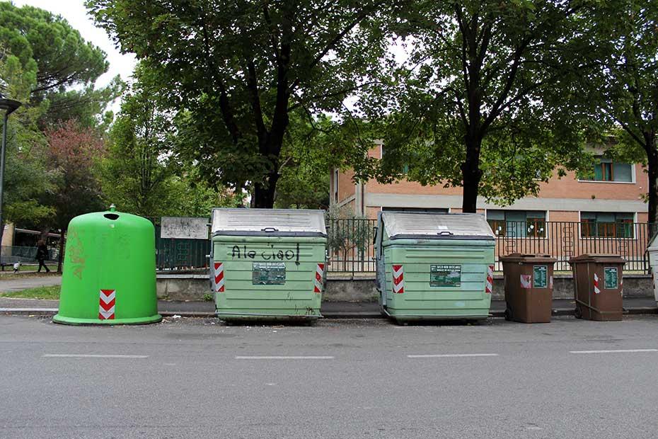Cassonetti davanti alle scuole Uberti, Borgo Milano, Verona