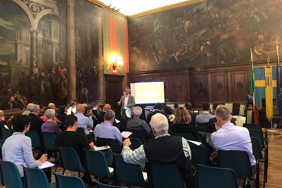 Pierpaolo Romani durante l'incontro con gli amministratori pubblici a Palazzo Barbieri..jpg