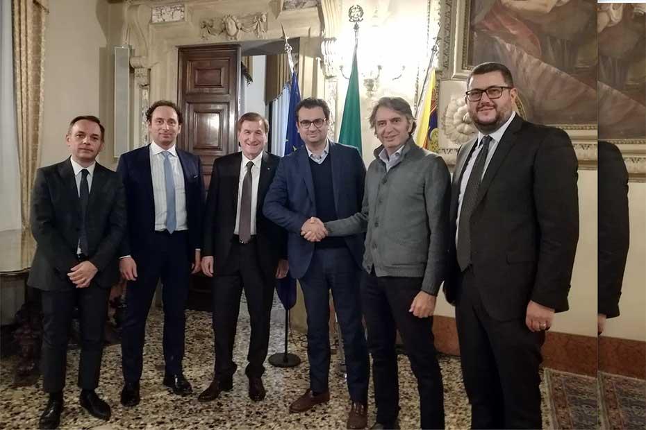 Stretta di mano tra il sindaco di Vicenza Francesco Rucco e quello di Verona Federico Sboarina.