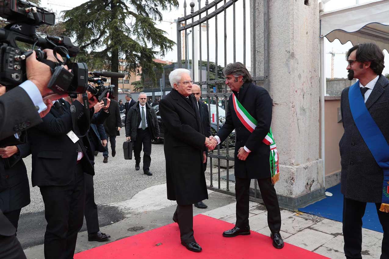 La stretta di mano tra il Presidente della Repubblica Sergio Mattarella e il SIndaco di Verona Federico Sboarina