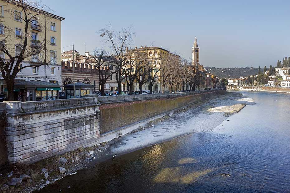 Adige, il tratto di riva a ridosso di Lungadige Donatelli, tra Ponte Nuovo e Ponte Pietra