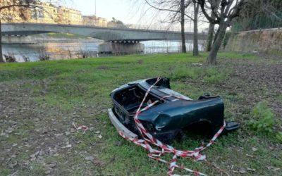 Rifiuti ingombranti nei pressi di Ponte Risorgimento