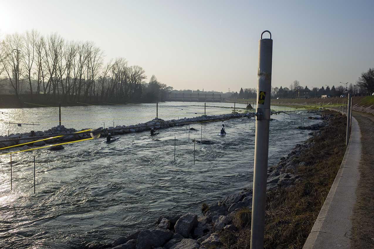 Il percorso slalom per cana a valle della diga del Chievo