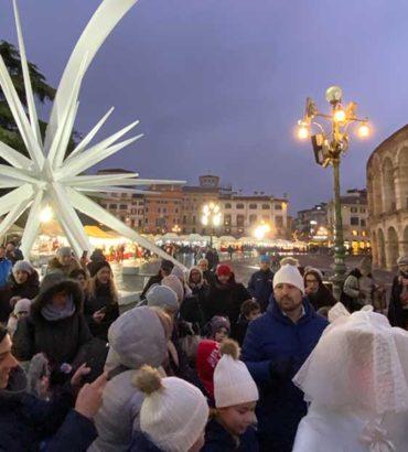 Santa Lucia sfila tra i banchetti natalizi di piazza Bra