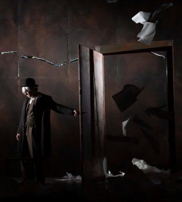 Dracula, viaggio notturno verso l'ignoto tra nebbie, lupi e croci