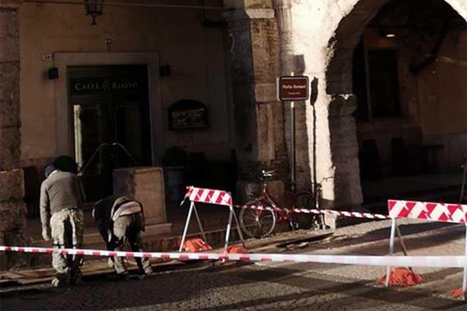 Porta Borsari danneggiata dal vento (foto Stefano Gabrielli)