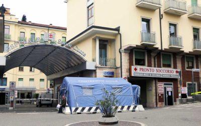 Il tendone pre-triage all'ingresso dell'Ospedale di Negrar (Verona)