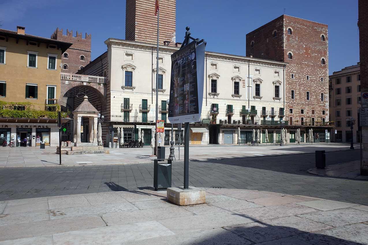 Piazza Erbe deserta (foto Verona In)
