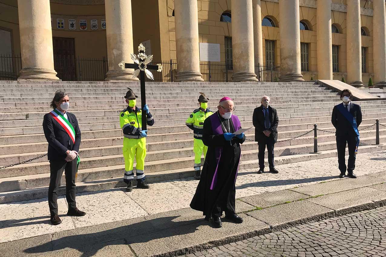 Venerdì 10 aprile 2020, mons. Giuseppe Zenti e il sindaco Federico Sboarina in Piazza Bra