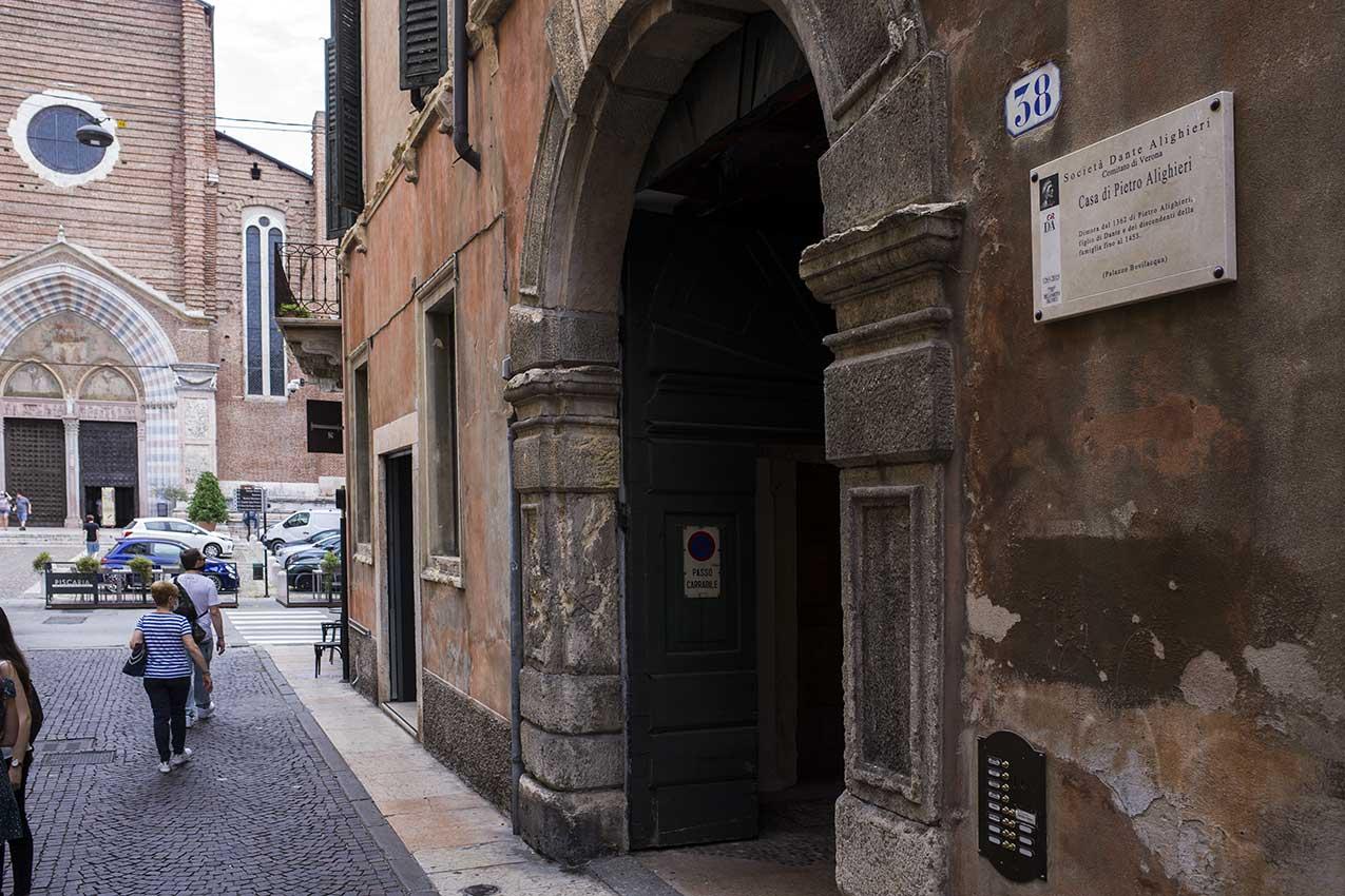 La casa di fronte a Sant'Anastasia che fu di Pietro Alighieri, figlio di Dante