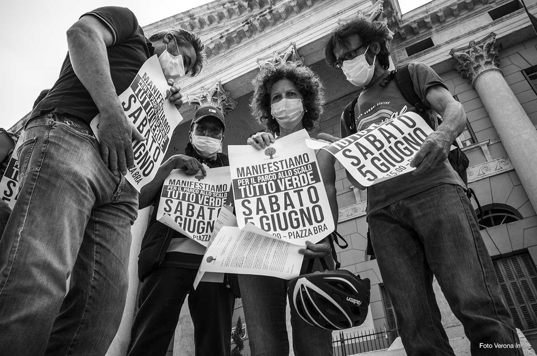 Il Comitato Verona Sud davanti al Municipio di Verona