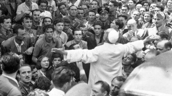 Pio XII allarga le braccia al cielo dopo il bombardamento di Roma da parte delle Forze alleate il 13 agosto 1944